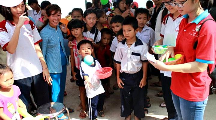 vietnam-school-tours-visit-orphanage