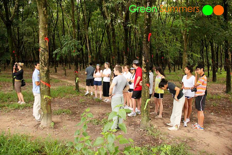 vietnam-school-tours-visit-cuchi-tunnel-2